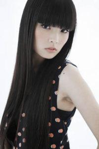 秋元梢 黒髪 前髪 の特徴ある髪型