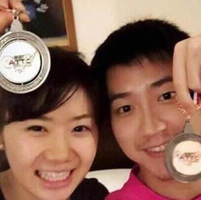福原愛 結婚相手の江宏傑 仲良くメダルを持って写真を撮影